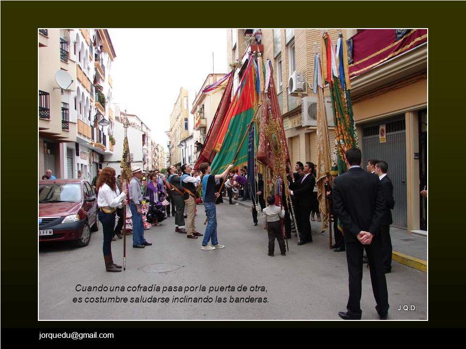 Cuando una cofradía pasa por la puerta de otra, es costumbre saludarse inclinando las banderas.