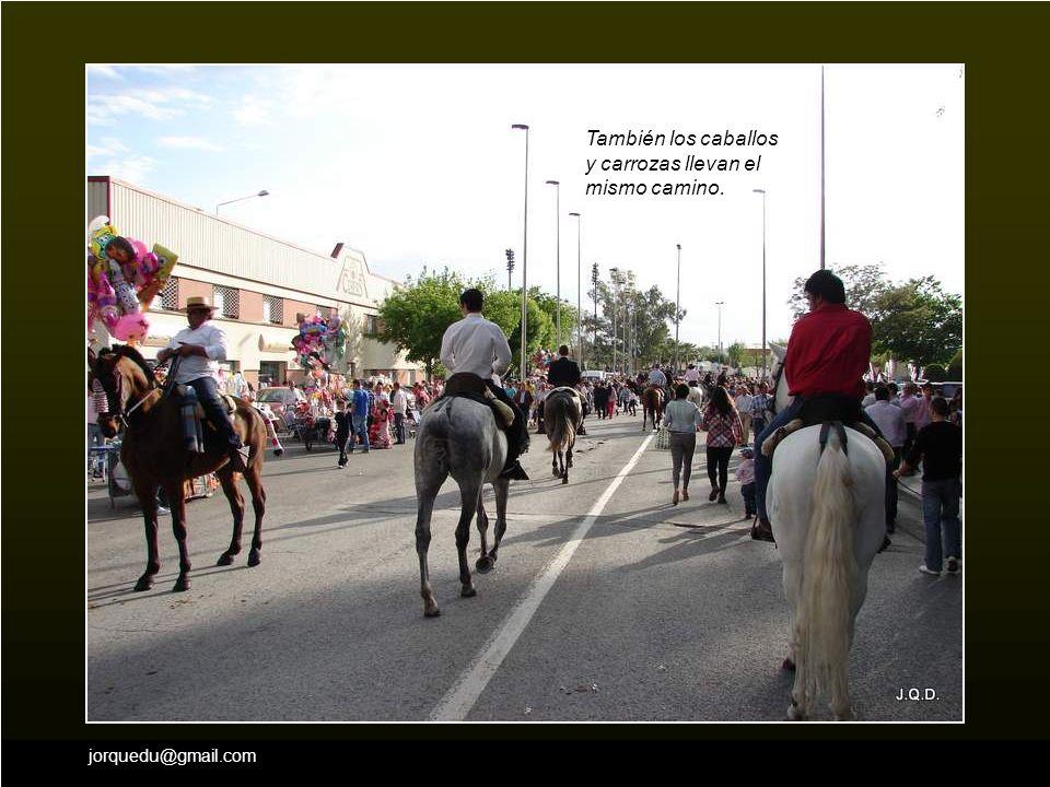 También los caballos y carrozas llevan el mismo camino.