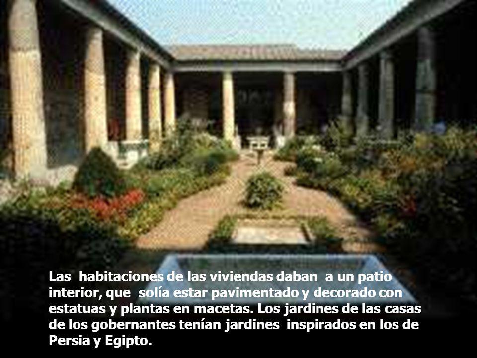 Las habitaciones de las viviendas daban a un patio interior, que solía estar pavimentado y decorado con estatuas y plantas en macetas.