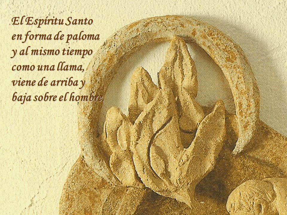 El Espíritu Santo en forma de paloma. y al mismo tiempo.