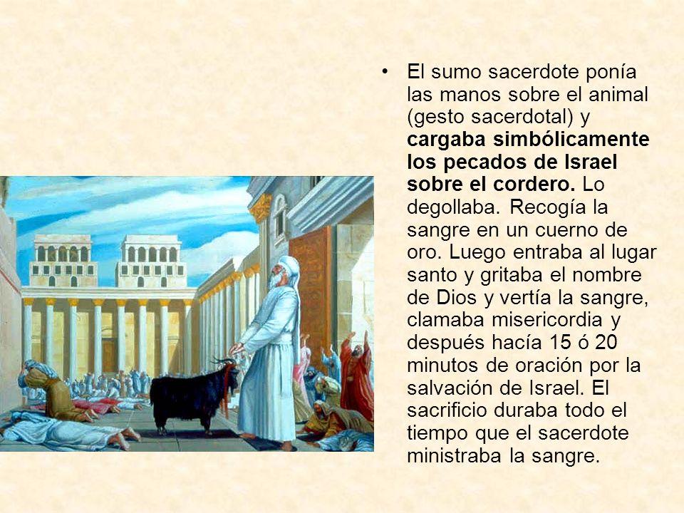 El sumo sacerdote ponía las manos sobre el animal (gesto sacerdotal) y cargaba simbólicamente los pecados de Israel sobre el cordero.