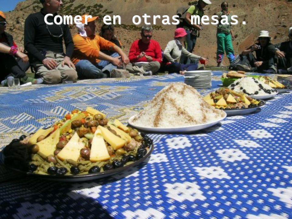 Comer en otras mesas.