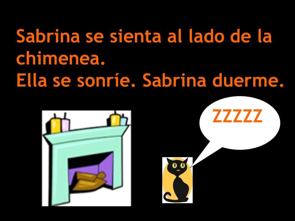 Sabrina se sienta al lado de la chimenea. Ella se sonríe