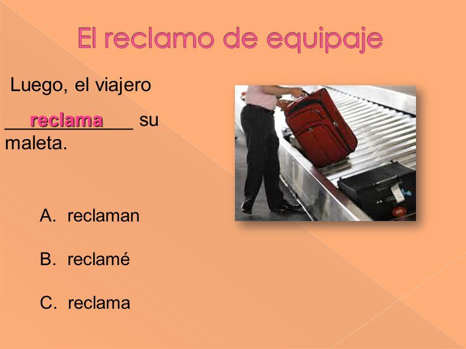 El reclamo de equipaje Luego, el viajero ____________ su maleta.