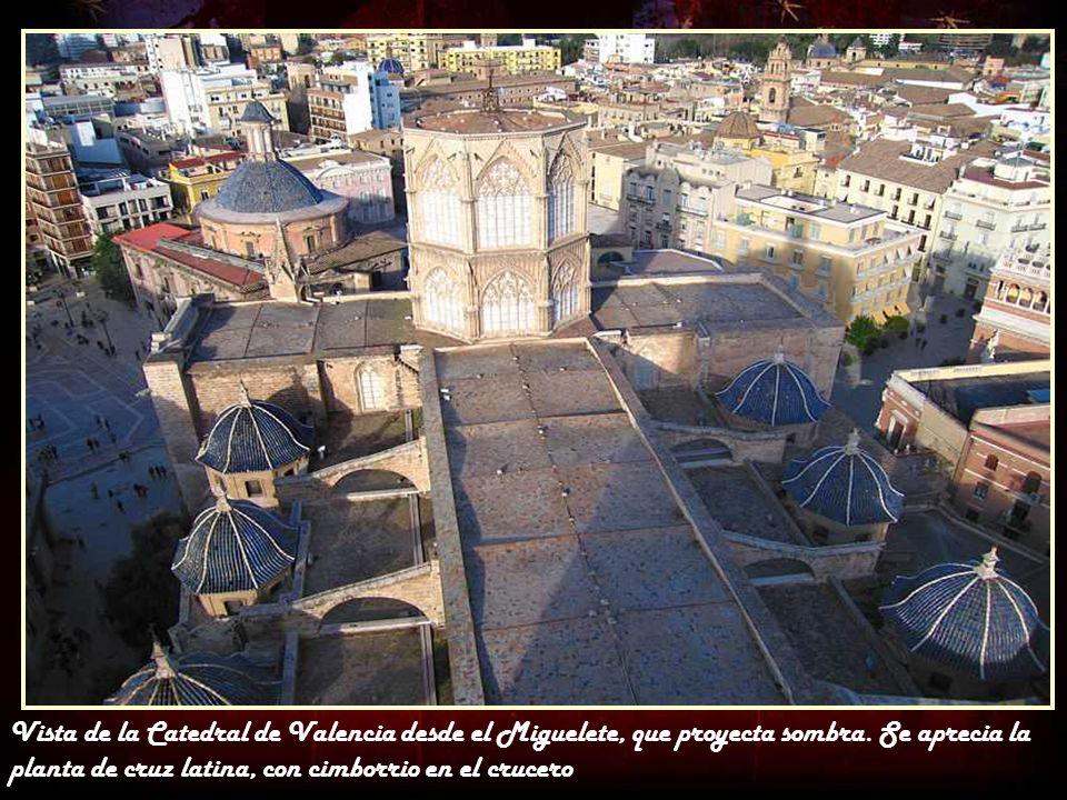 Vista de la Catedral de Valencia desde el Miguelete, que proyecta sombra.