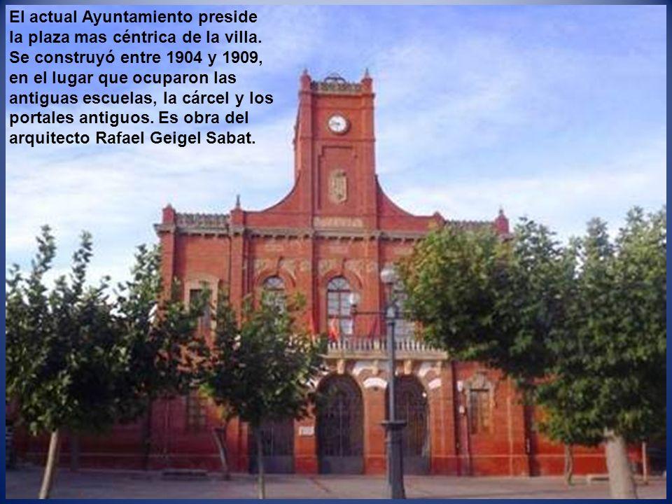 El actual Ayuntamiento preside la plaza mas céntrica de la villa