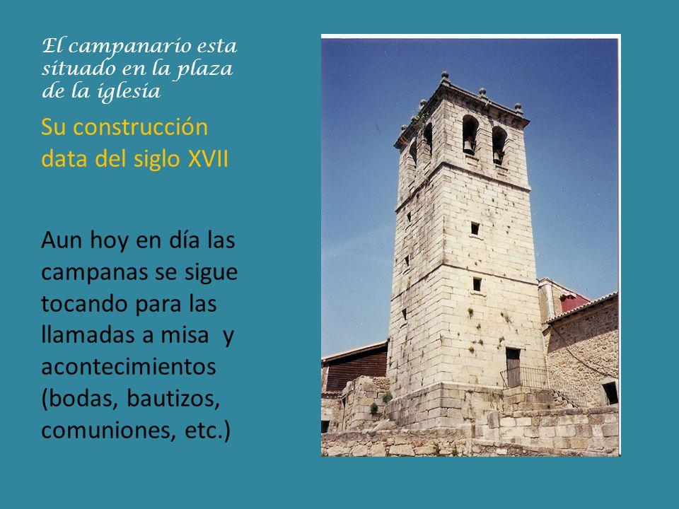 El campanario esta situado en la plaza de la iglesia