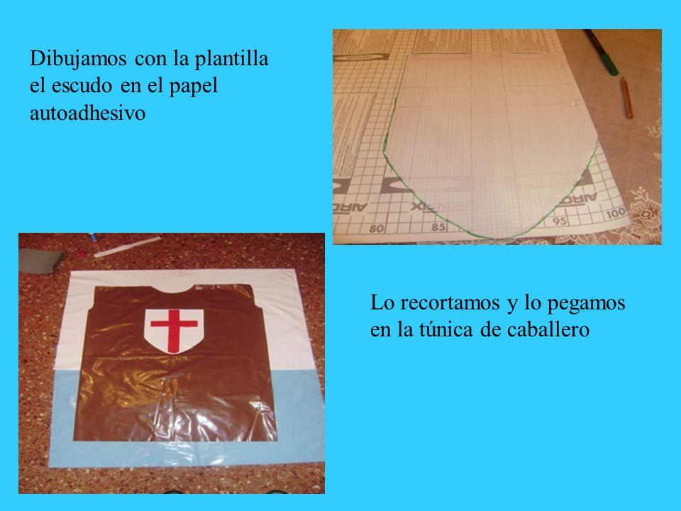 Dibujamos con la plantilla el escudo en el papel autoadhesivo