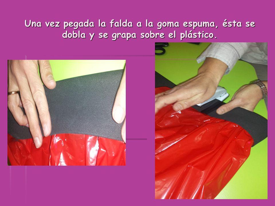 Una vez pegada la falda a la goma espuma, ésta se dobla y se grapa sobre el plástico.
