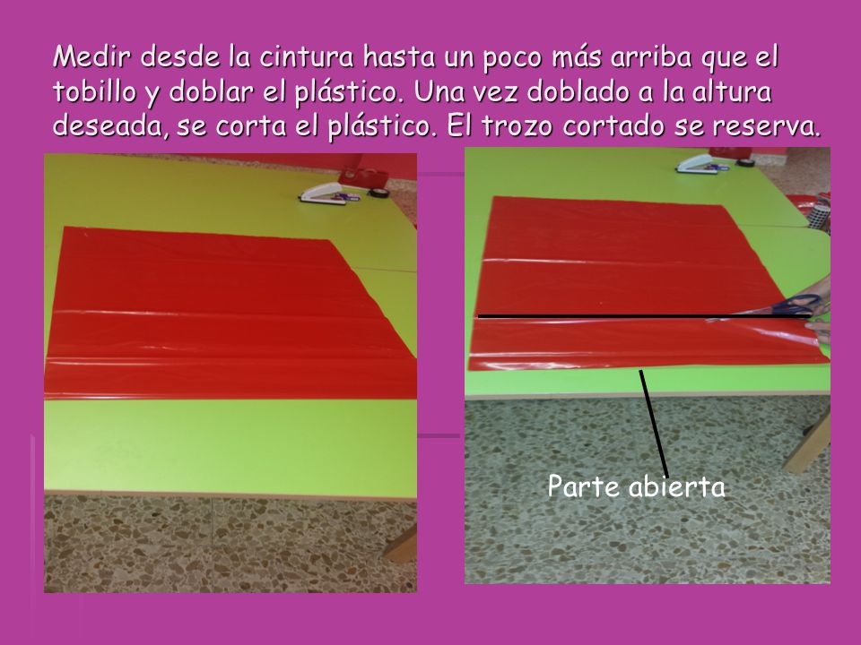 Medir desde la cintura hasta un poco más arriba que el tobillo y doblar el plástico. Una vez doblado a la altura deseada, se corta el plástico. El trozo cortado se reserva.