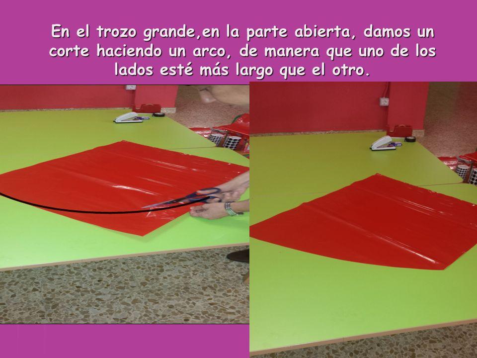 En el trozo grande,en la parte abierta, damos un corte haciendo un arco, de manera que uno de los lados esté más largo que el otro.