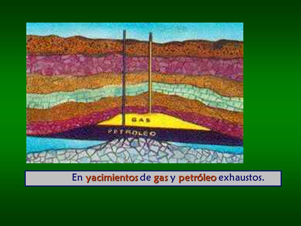 En yacimientos de gas y petróleo exhaustos.