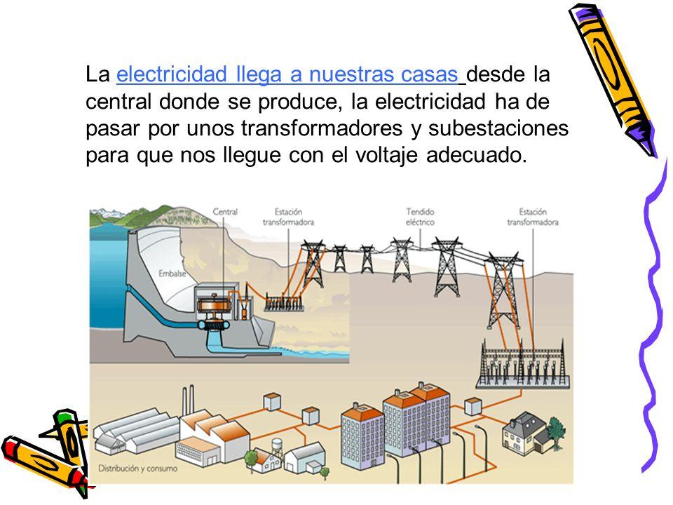 La electricidad llega a nuestras casas desde la central donde se produce, la electricidad ha de pasar por unos transformadores y subestaciones para que nos llegue con el voltaje adecuado.
