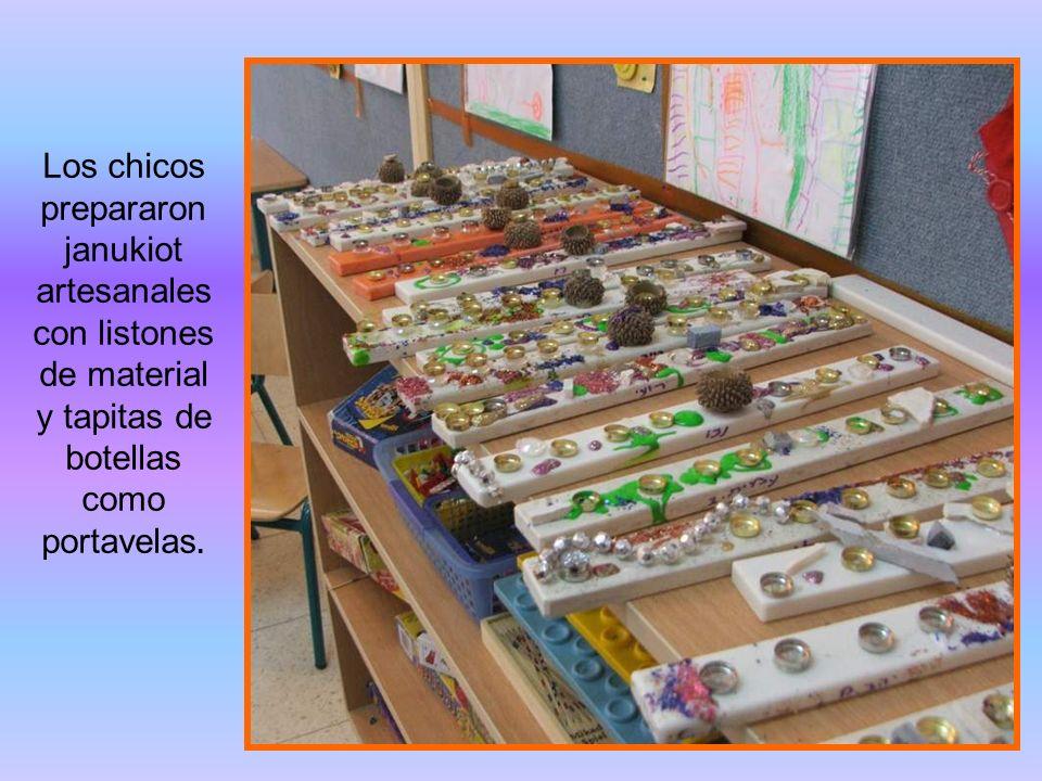 Los chicos prepararon janukiot artesanales con listones de material y tapitas de botellas como portavelas.