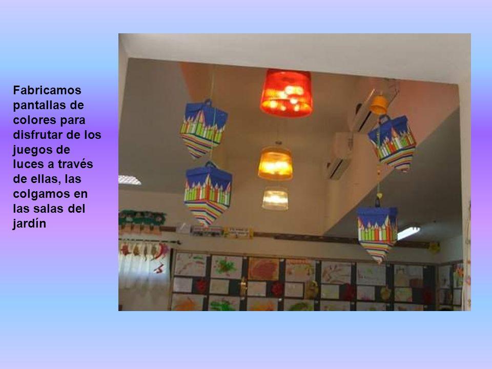 Fabricamos pantallas de colores para disfrutar de los juegos de luces a través de ellas, las colgamos en las salas del jardín