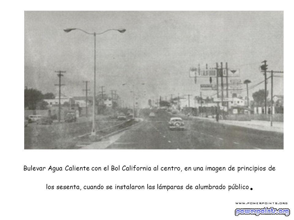Bulevar Agua Caliente con el Bol California al centro, en una imagen de principios de los sesenta, cuando se instalaron las lámparas de alumbrado público.