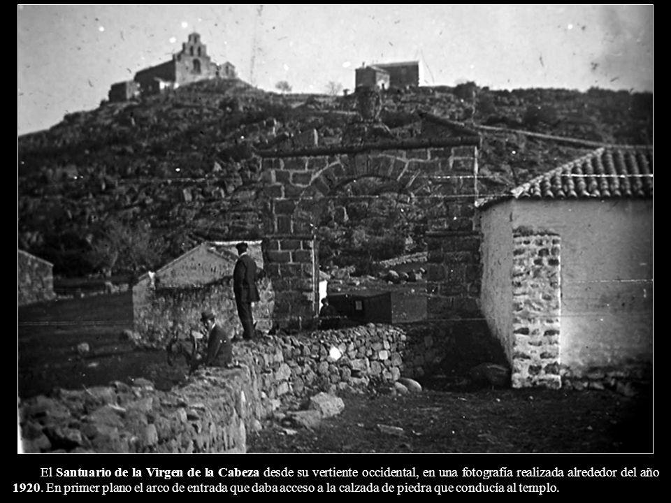 El Santuario de la Virgen de la Cabeza desde su vertiente occidental, en una fotografía realizada alrededor del año 1920.