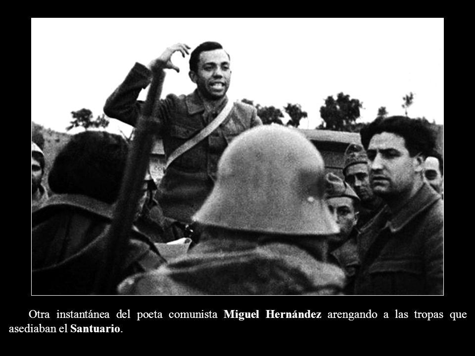 Otra instantánea del poeta comunista Miguel Hernández arengando a las tropas que asediaban el Santuario.