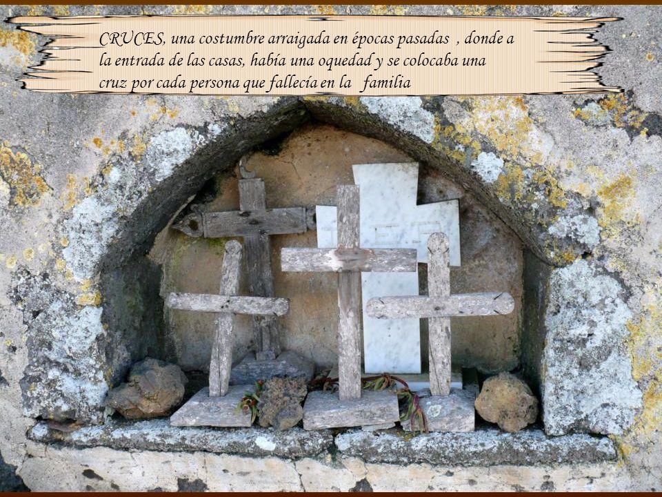 CRUCES, una costumbre arraigada en épocas pasadas , donde a la entrada de las casas, había una oquedad y se colocaba una cruz por cada persona que fallecía en la familia