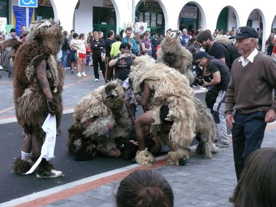 Nadie, o casi nadie, se salva de la tradicional pintada de betún, corriendo por las calles, los carneros de Tigaday se convierten en todo un espectáculo, donde niños y grandes, lugareños y foráneos participan de una fiesta convertida ya desde hace tiempo en una cita ineludible del Carnaval de La Frontera