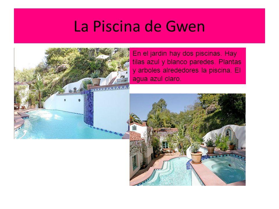 La Piscina de Gwen En el jardin hay dos piscinas. Hay tilas azul y blanco paredes.