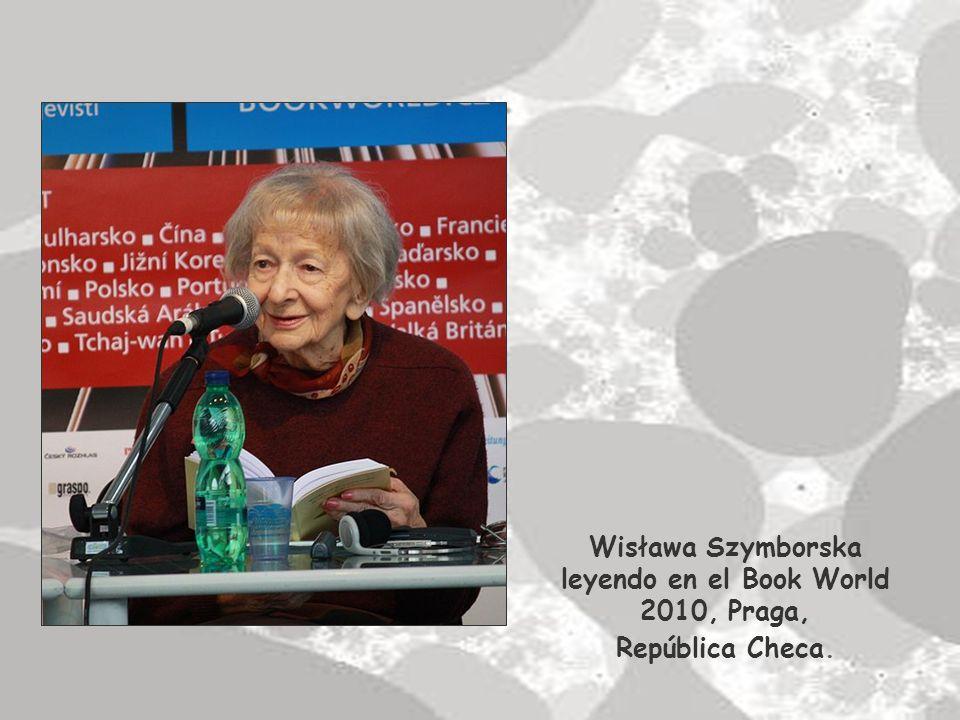 Wisława Szymborska leyendo en el Book World 2010, Praga,