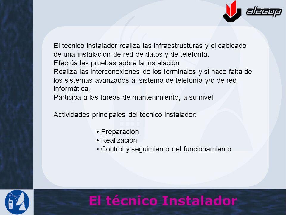 El tecnico instalador realiza las infraestructuras y el cableado de una instalacion de red de datos y de telefonía.