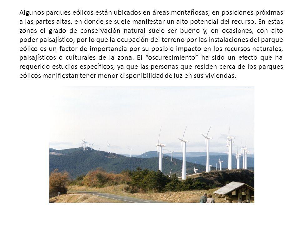 Algunos parques eólicos están ubicados en áreas montañosas, en posiciones próximas a las partes altas, en donde se suele manifestar un alto potencial del recurso.