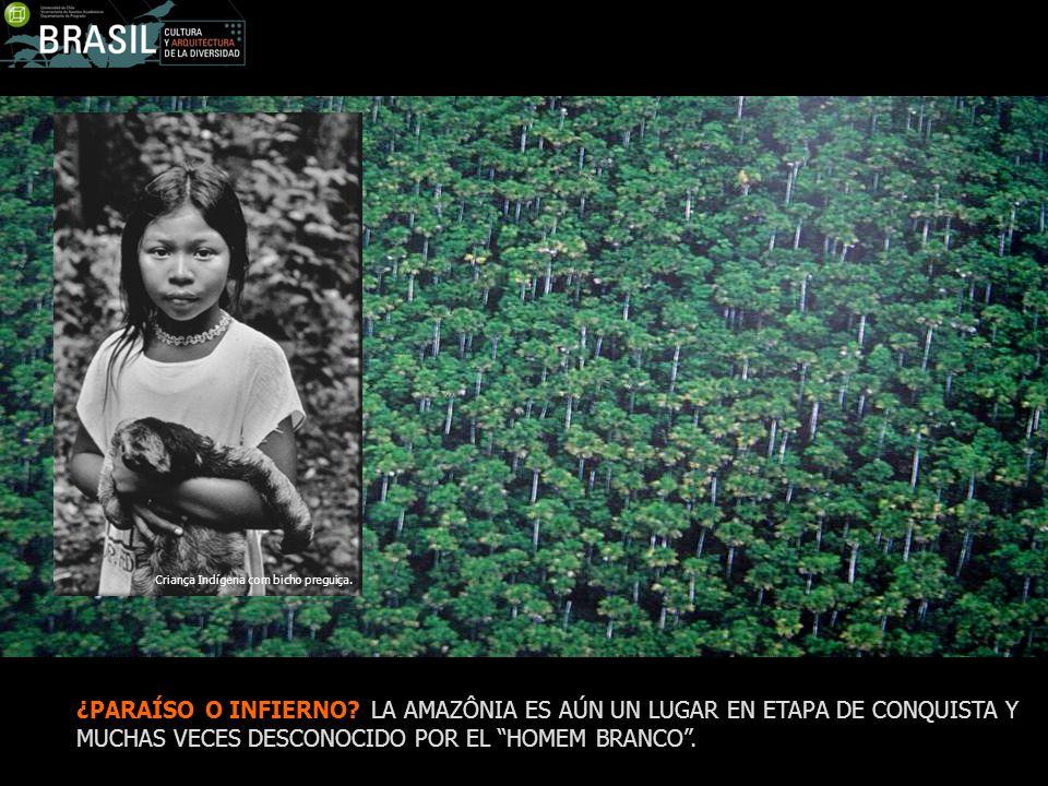Criança Indígena com bicho preguiça.