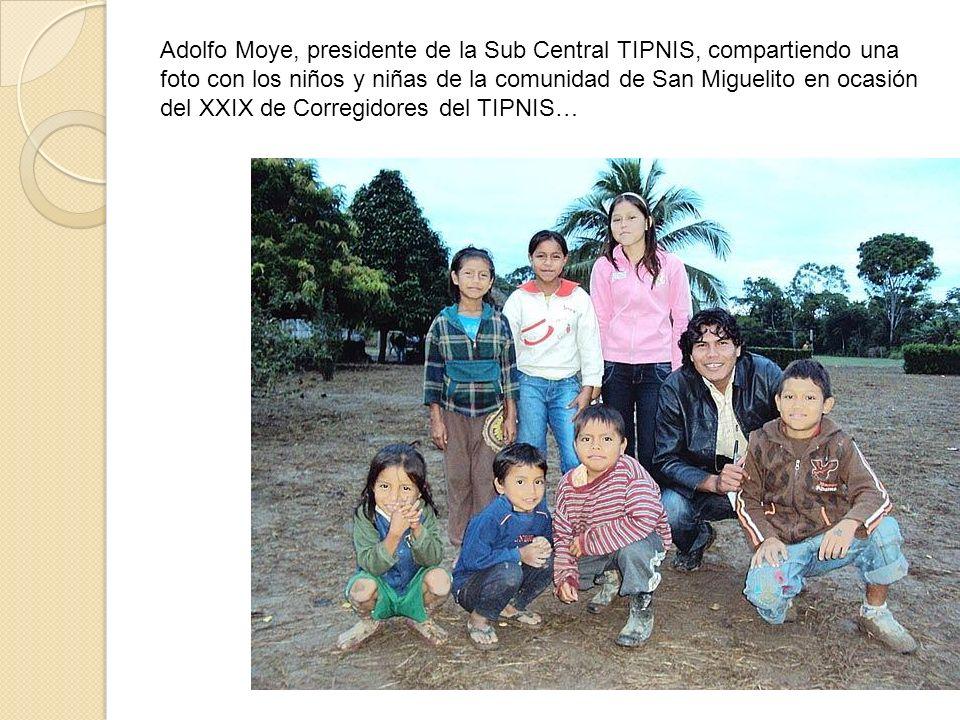 Adolfo Moye, presidente de la Sub Central TIPNIS, compartiendo una foto con los niños y niñas de la comunidad de San Miguelito en ocasión del XXIX de Corregidores del TIPNIS…