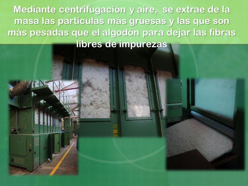 Mediante centrifugación y aire, se extrae de la masa las partículas más gruesas y las que son más pesadas que el algodón para dejar las fibras libres de impurezas