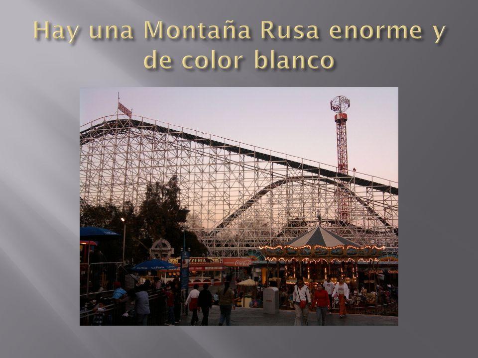 Hay una Montaña Rusa enorme y de color blanco