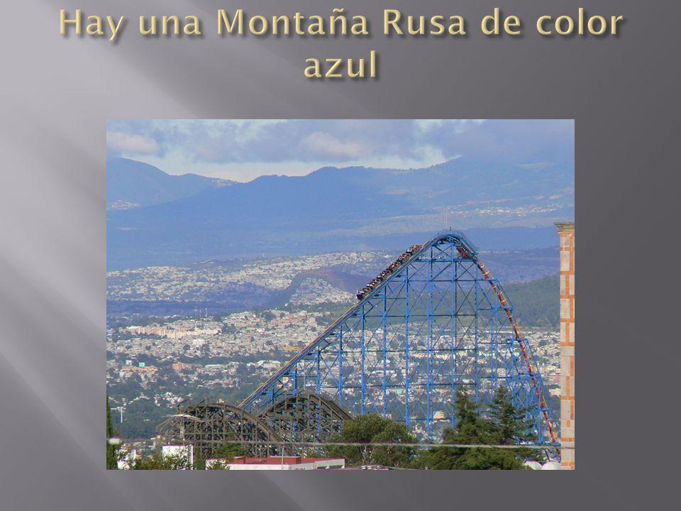 Hay una Montaña Rusa de color azul