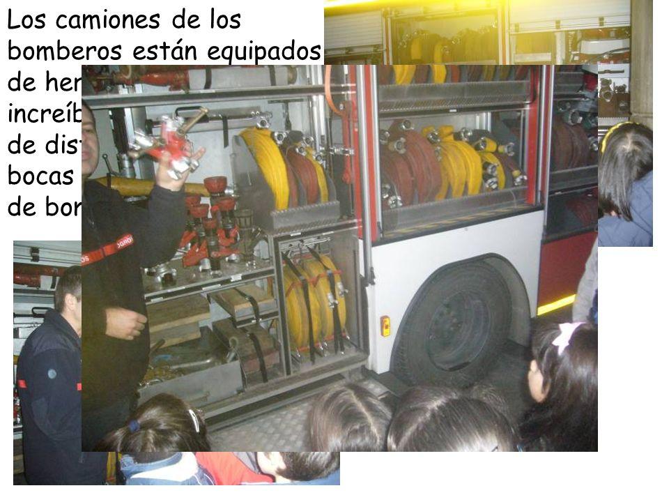 Los camiones de los bomberos están equipados de herramientas increíbles, de mangueras de distintos tamaños, de bocas de salida de agua, de bombas de agua…
