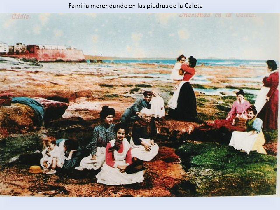 Familia merendando en las piedras de la Caleta