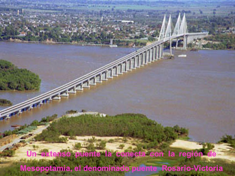 Un extenso puente la conecta con la región de Mesopotamia, el denominado puente Rosario-Victoria