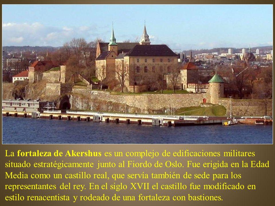 La fortaleza de Akershus es un complejo de edificaciones militares situado estratégicamente junto al Fiordo de Oslo.