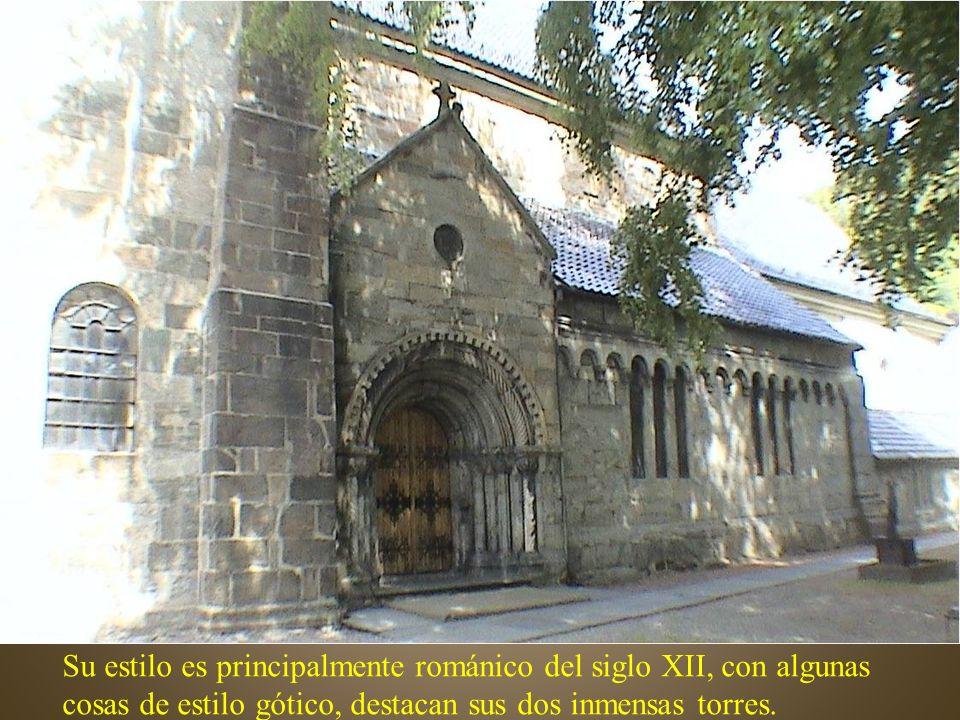 Su estilo es principalmente románico del siglo XII, con algunas cosas de estilo gótico, destacan sus dos inmensas torres.
