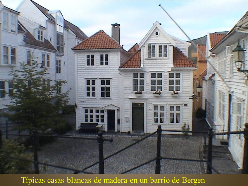 Típicas casas blancas de madera en un barrio de Bergen