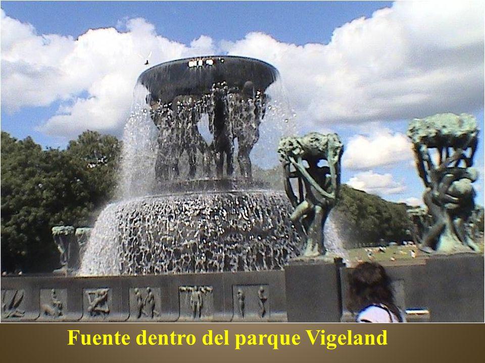 Fuente dentro del parque Vigeland