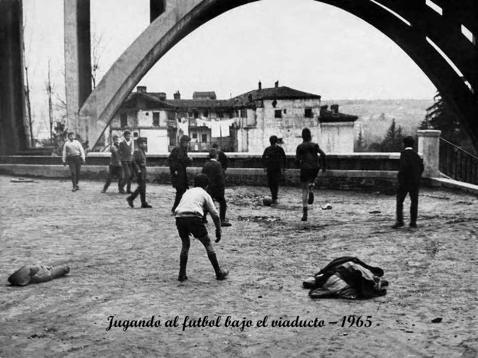 Jugando al futbol bajo el viaducto – 1965