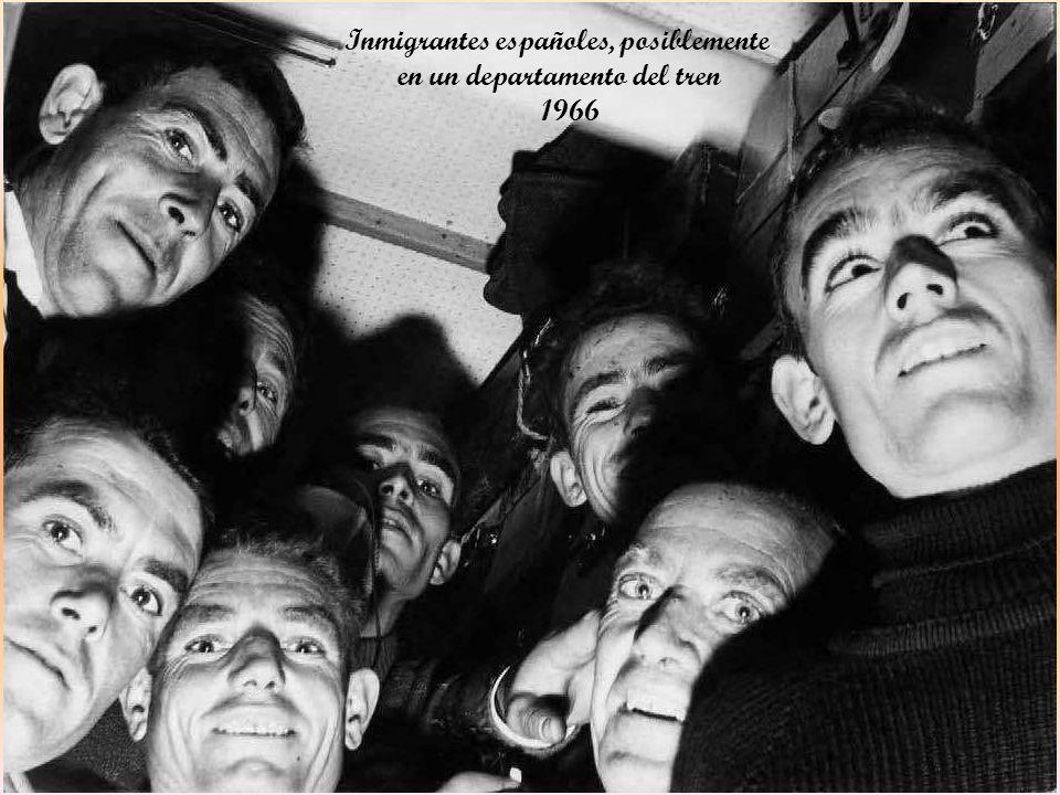 Inmigrantes españoles, posiblemente en un departamento del tren