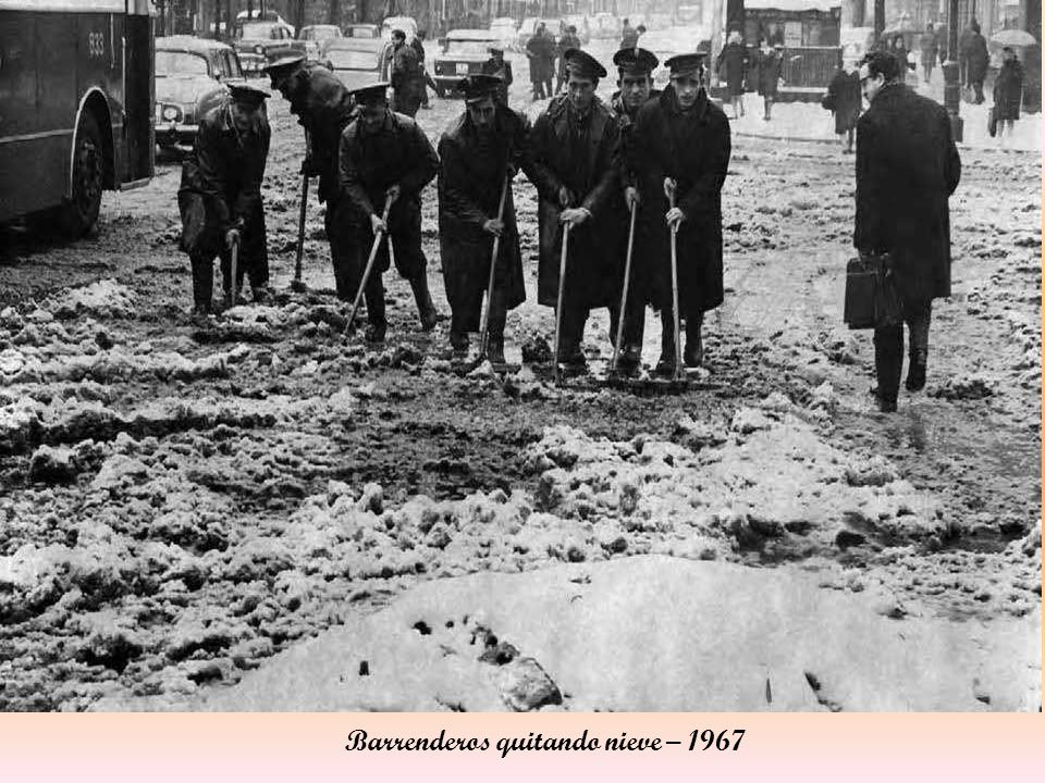 Barrenderos quitando nieve – 1967
