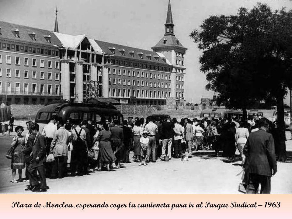 Plaza de Moncloa, esperando coger la camioneta para ir al Parque Sindical – 1963