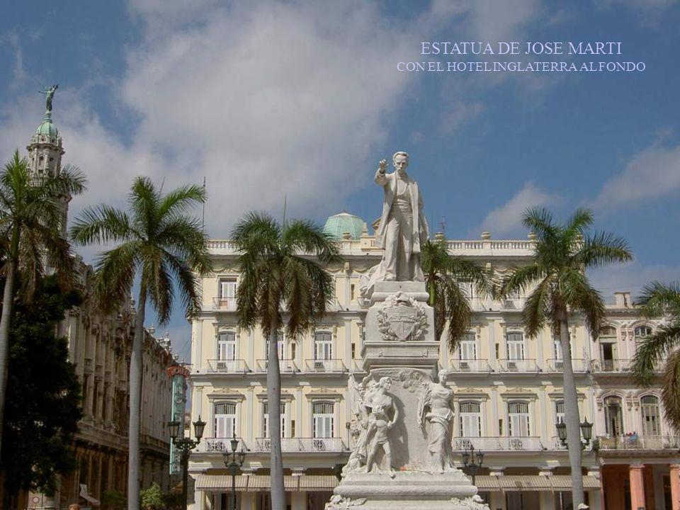ESTATUA DE JOSE MARTI CON EL HOTEL INGLATERRA AL FONDO