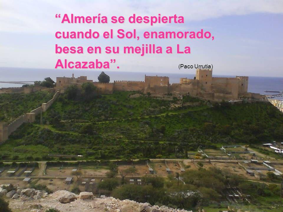 Almería se despierta cuando el Sol, enamorado, besa en su mejilla a La Alcazaba . (Paco Urrutia)