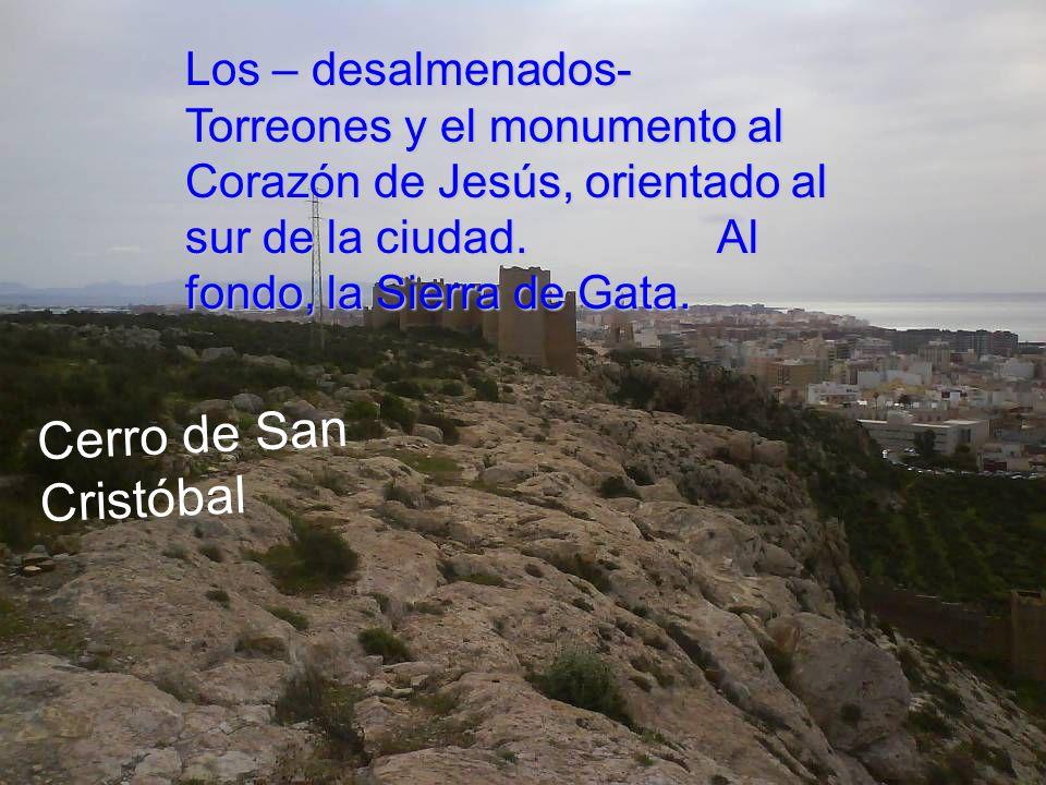 Los – desalmenados- Torreones y el monumento al Corazón de Jesús, orientado al sur de la ciudad. Al fondo, la Sierra de Gata.