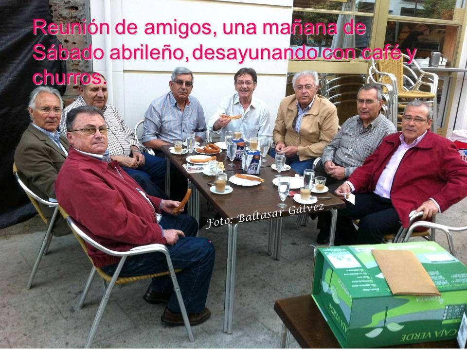 Reunión de amigos, una mañana de Sábado abrileño, desayunando con café y churros.
