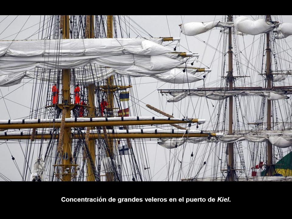 Concentración de grandes veleros en el puerto de Kiel.