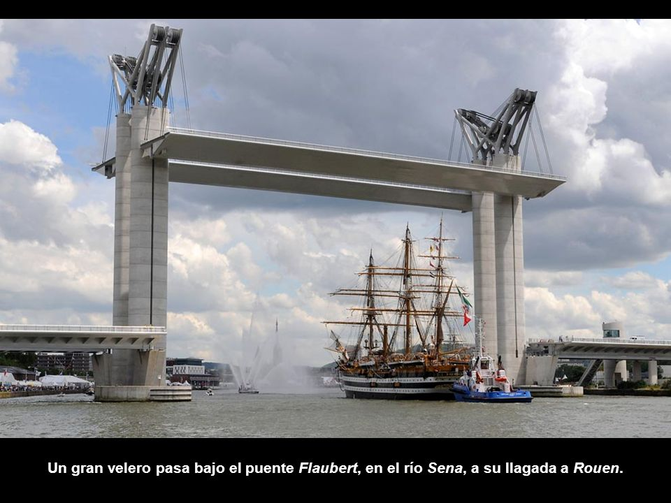 Un gran velero pasa bajo el puente Flaubert, en el río Sena, a su llagada a Rouen.